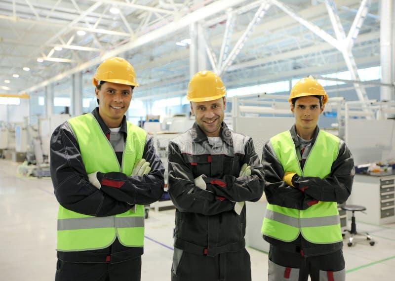 Счастливые работники в фабрике стоковые фотографии rf