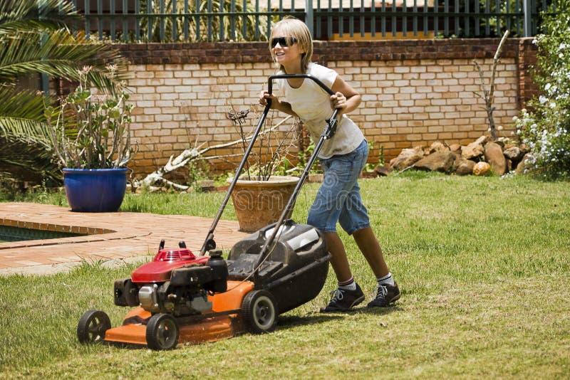 Счастливые работы по дома лета - кося лужайка стоковое изображение rf