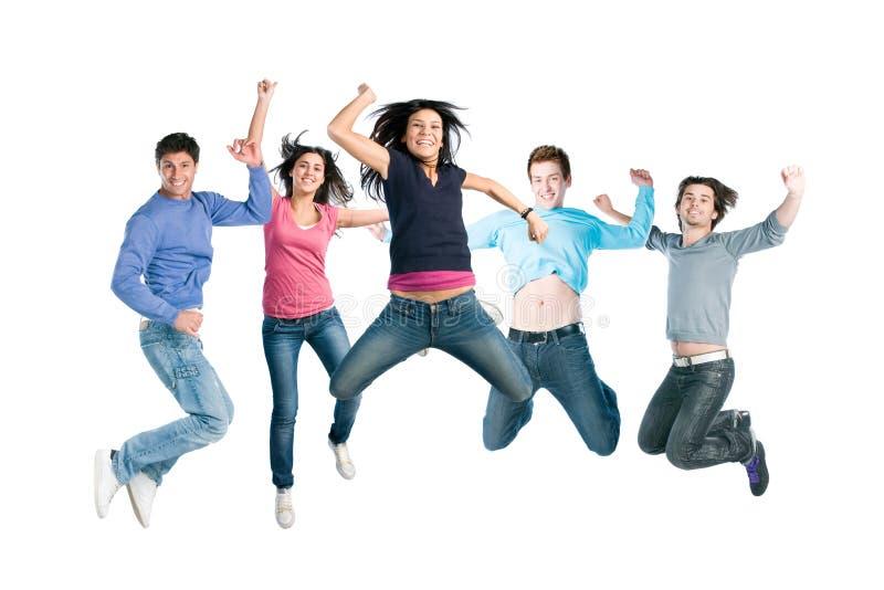 счастливые радостные скача детеныши людей стоковое изображение rf