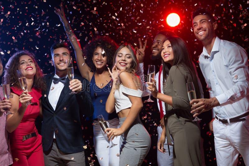 Счастливые разнообразные друзья празднуя Новый Год совместно стоковое изображение rf