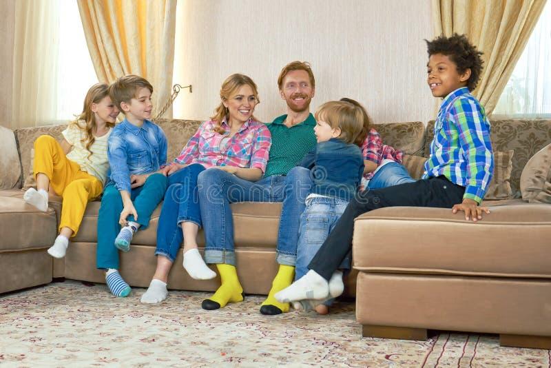 Счастливые родители и дети стоковые изображения rf