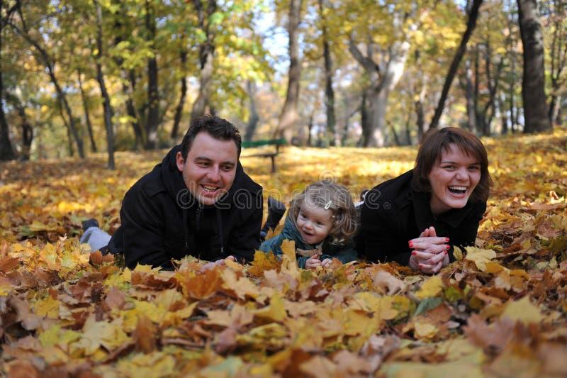 Счастливые родители и маленькая девочка стоковое изображение