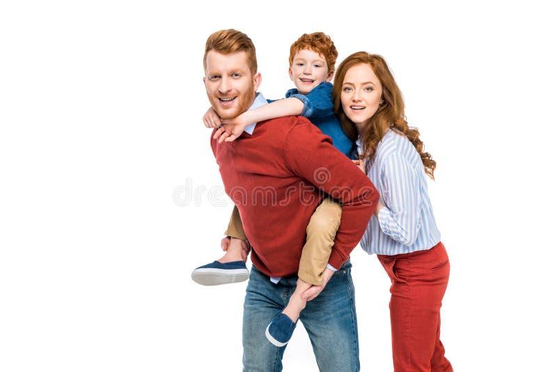 счастливые родители при милый маленький сын усмехаясь на камере стоковая фотография rf