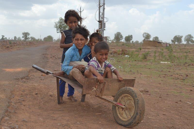 Счастливые сельские индийские дети стоковая фотография