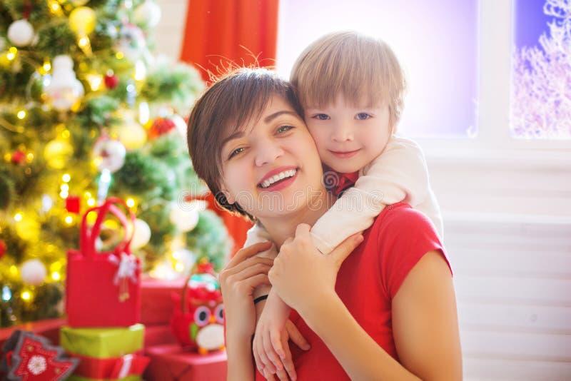 Счастливые семья и с Рождеством Христовым Сын матери и младенца на утре рождества стоковые фотографии rf