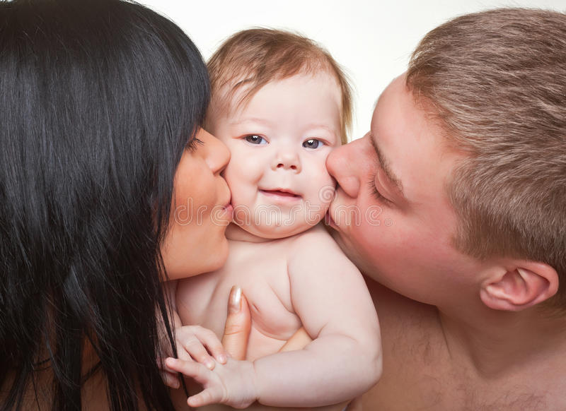 Счастливые семья, мать, отец и младенец стоковая фотография