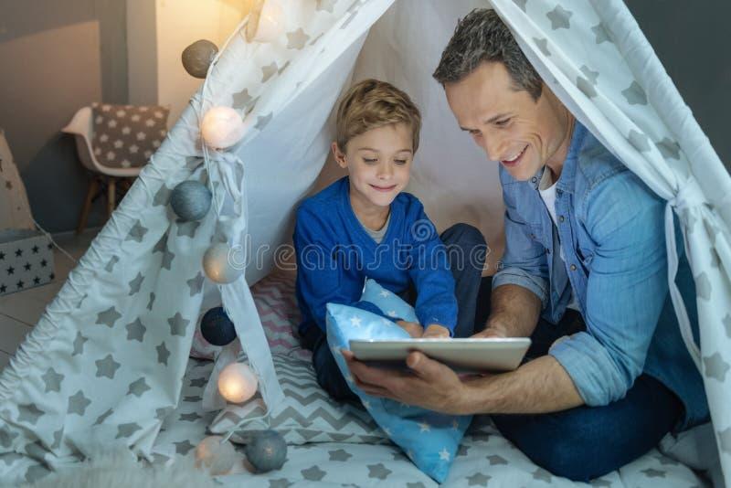 Счастливые сказки чтения человека стоковые фотографии rf