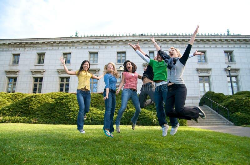 счастливые скача студенты стоковые изображения rf