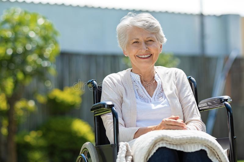 Счастливые старшие женщины в кресло-коляске стоковые изображения