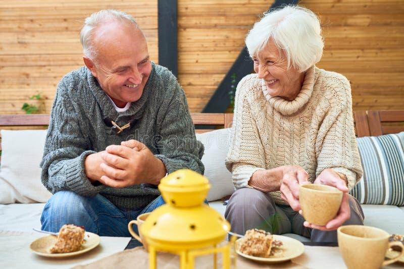 Счастливые старшие пары в выходе на пенсию стоковые фото