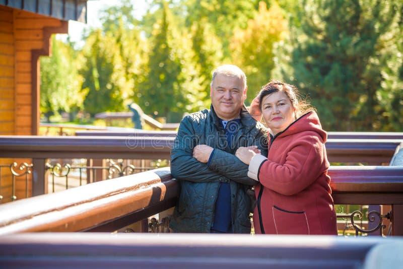 Счастливые старшие пары в любов Outdoors парка стоковые фото
