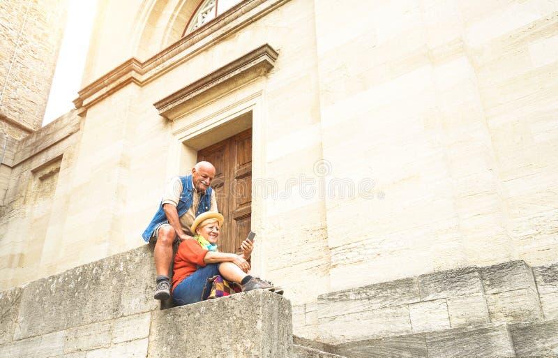 Счастливые старшие пары принимая selfie совместно в городок Сан-Марино старый стоковое фото