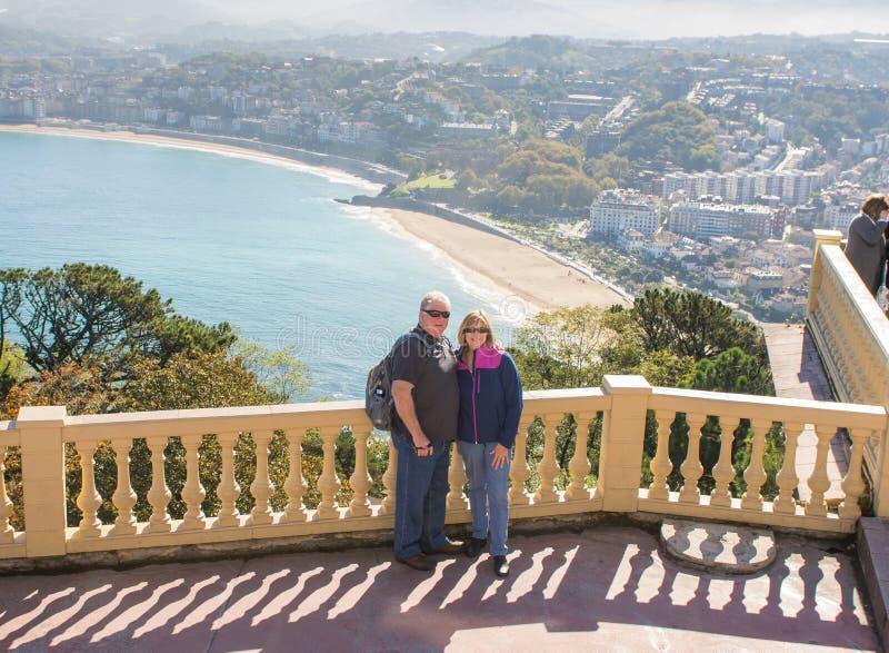 Счастливые старшие пары путешествуя вокруг Европы наслаждаясь образом жизни выхода на пенсию стоковое изображение rf