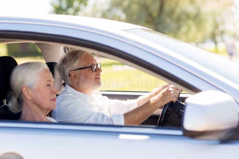 Счастливые старшие пары управляя в автомобиле стоковое изображение rf