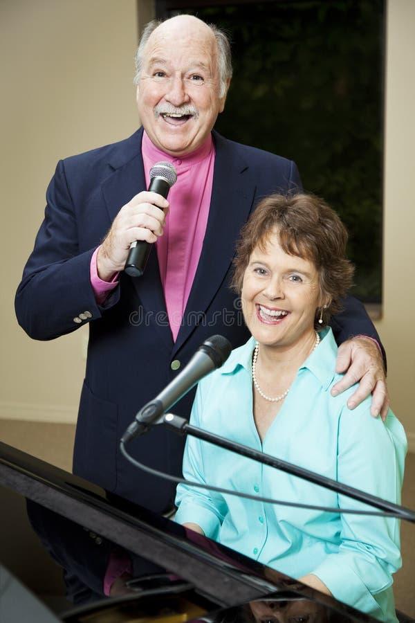 счастливые старшие певицы стоковое изображение rf