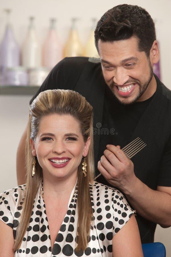 Счастливые стилизатор и клиент волос стоковые фотографии rf