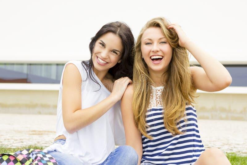 счастливые студенты стоковая фотография