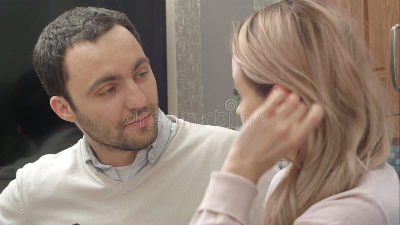Счастливые танцы пар слушая к музыке в кухне дома стоковые изображения rf