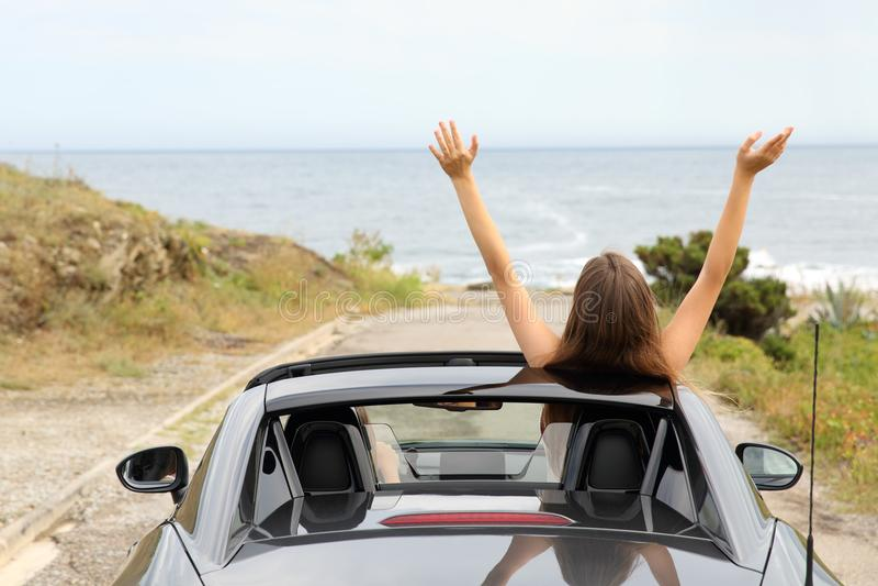 Счастливые туристы управляя обратимым автомобилем на каникулах стоковая фотография