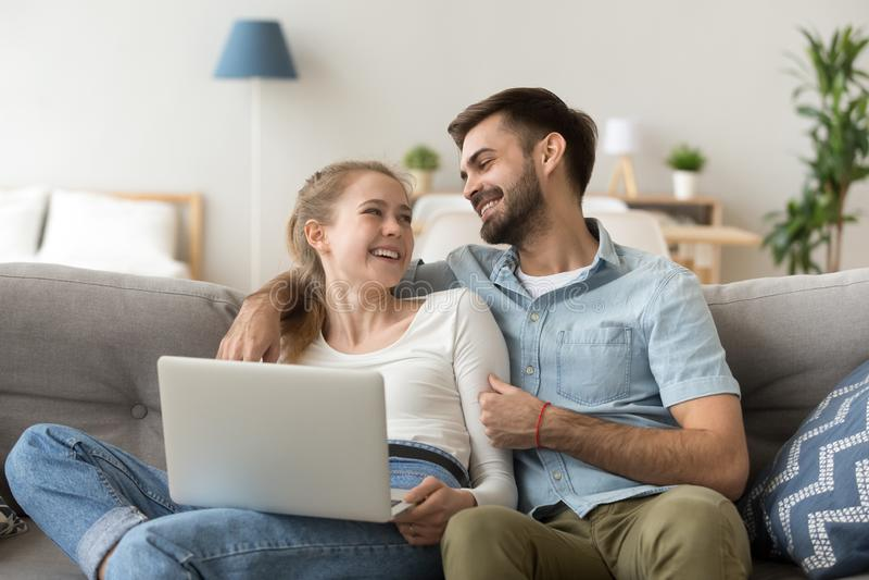 Счастливые тысячелетние пары проводят выходные дома совместно стоковое изображение rf