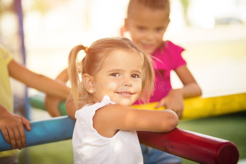 Счастливые улыбки ребенка на стороне стоковая фотография
