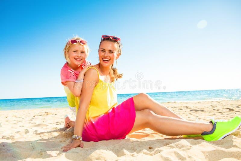 Счастливые ультрамодные мать и дочь на seashore стоковые изображения rf