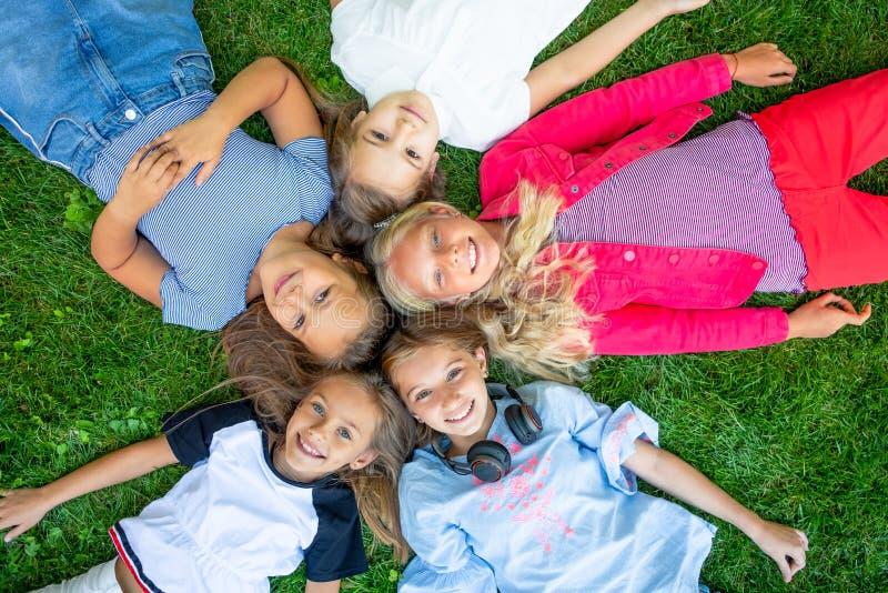 Счастливые усмехаясь дети стоковое фото