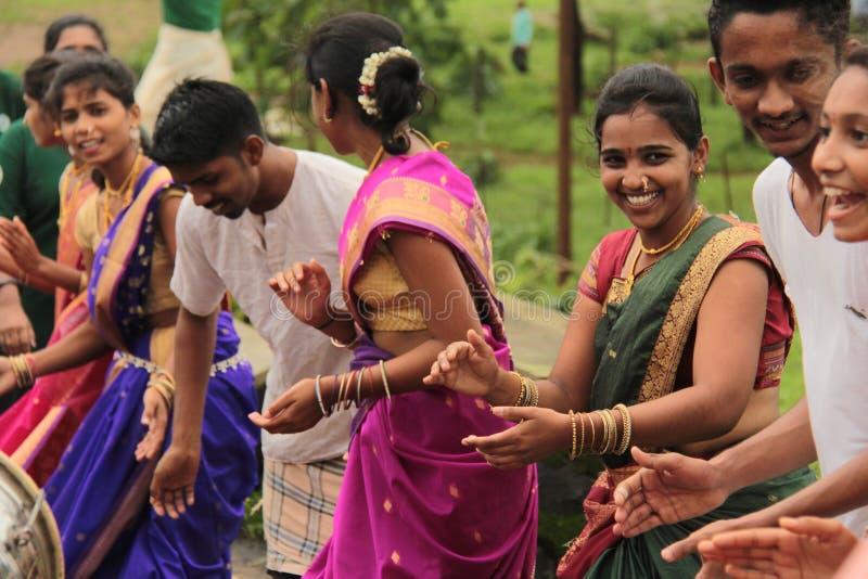 Счастливые усмехаясь люди и женщина поют и танцуют в ралли стоковое изображение