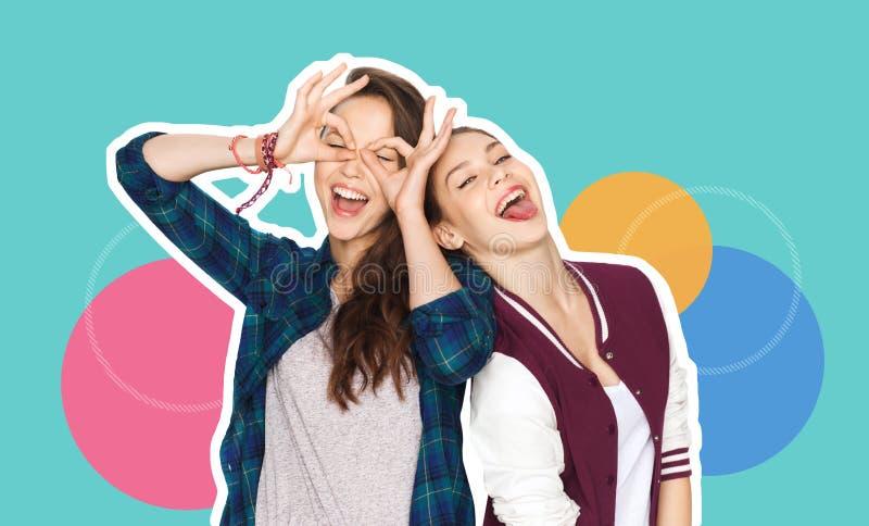 Счастливые усмехаясь милые девочка-подростки имея потеху стоковая фотография