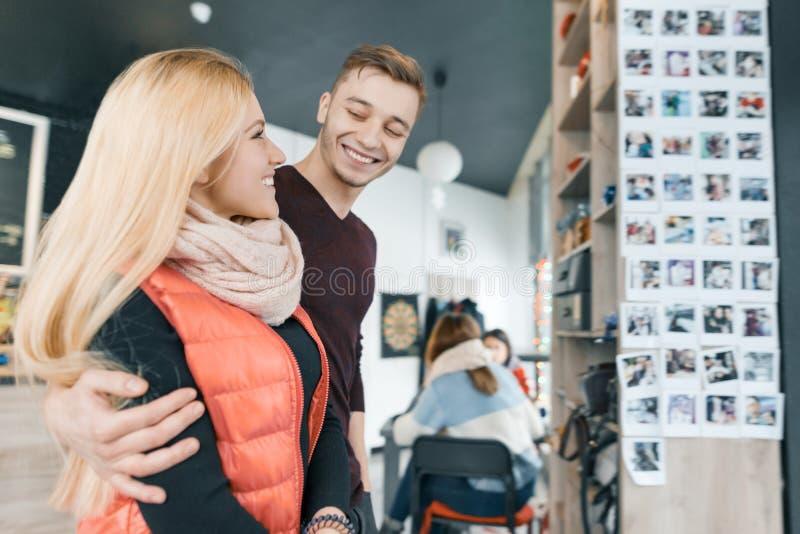 Счастливые усмехаясь пары обнимая в кофейне в сезоне зимы осени стоковые изображения rf