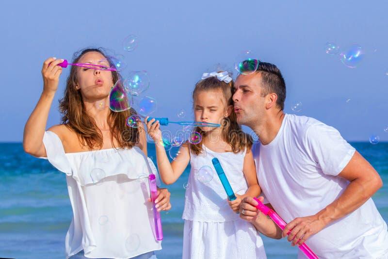 Счастливые усмехаясь пузыри семьи стоковые изображения
