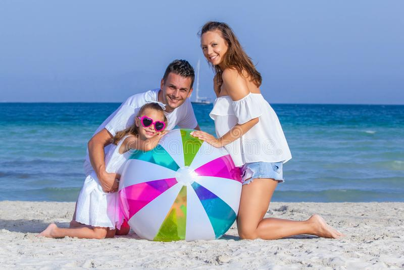 Счастливые усмехаясь семейные отдыхи стоковое изображение rf