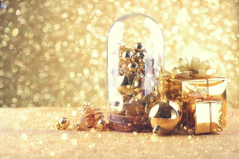 Счастливые шарики торжества Нового Года и рождества и другое украшение стоковые фотографии rf