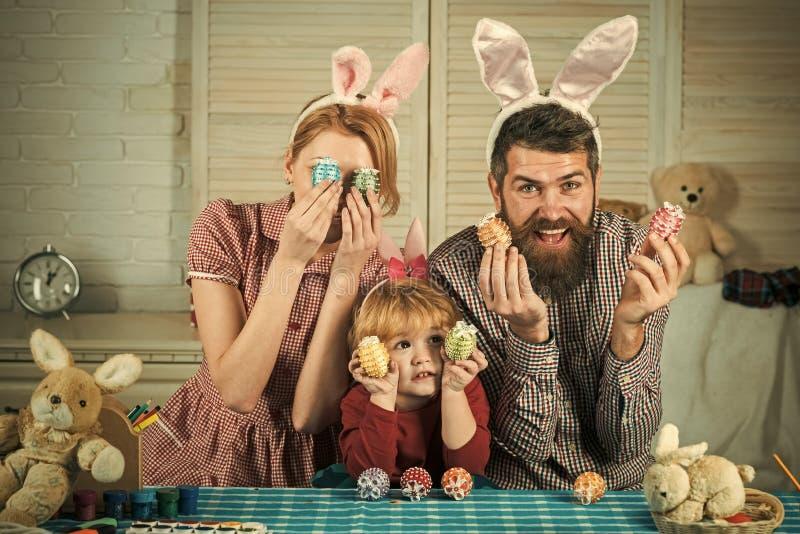 Счастливые яичка краски семьи пасхи стоковая фотография