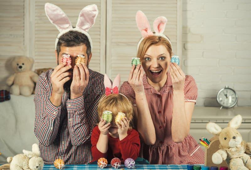 Счастливые яйца краски семьи пасхи стоковое фото rf