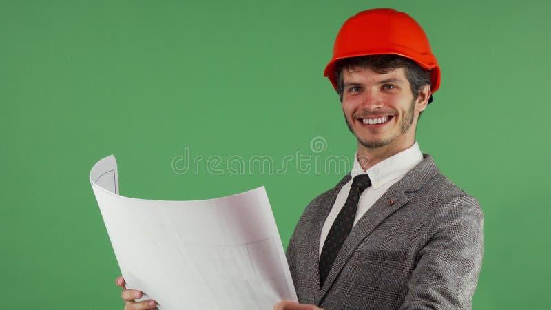 Счастливый архитектор рассматривая его светокопии усмехаясь joyfully стоковые изображения
