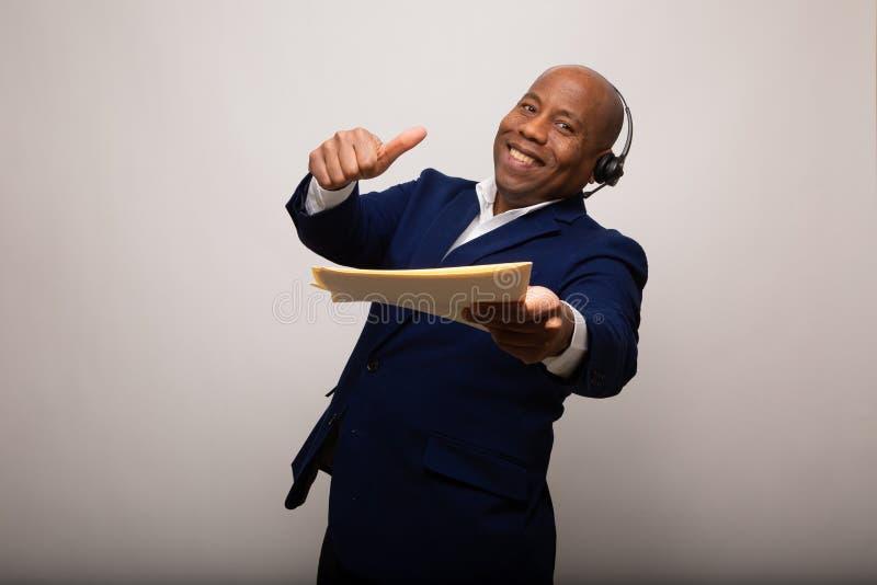 Счастливый Афро-американский бизнесмен с большими пальцами руки вверх по показывать файл стоковая фотография rf