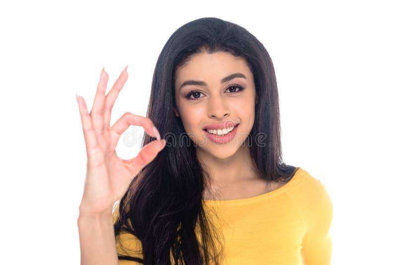 счастливый Афро-американский знак ок показа женщины и усмехаться на изолированной камере стоковая фотография
