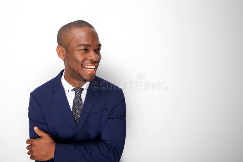 Счастливый Афро-американский человек в деловом костюме против белой предпосылки стоковая фотография