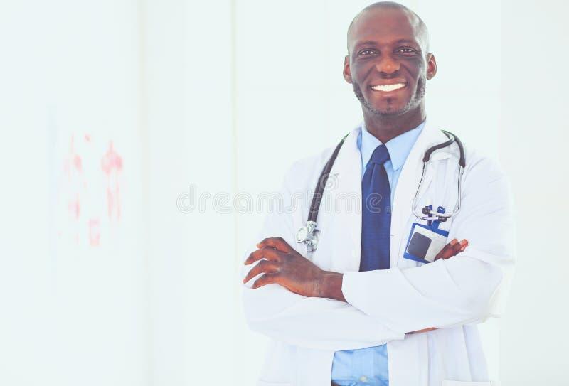 Счастливый афро портрет доктора человека при пересеченные оружия стоковое изображение rf