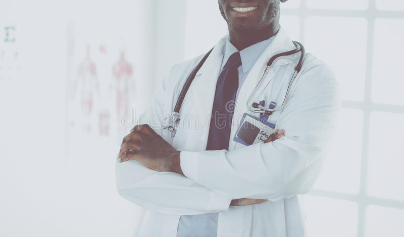 Счастливый афро портрет доктора человека с оружиями пересек стоковое фото