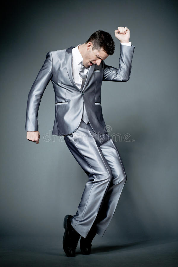 Счастливый бизнесмен в сером костюме. стоковая фотография rf