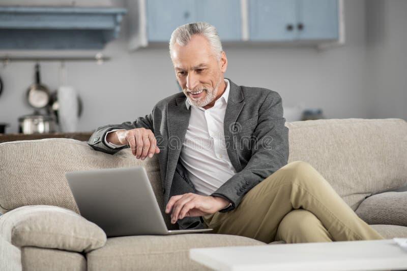 Счастливый бизнесмен работая с удовольствием стоковая фотография rf