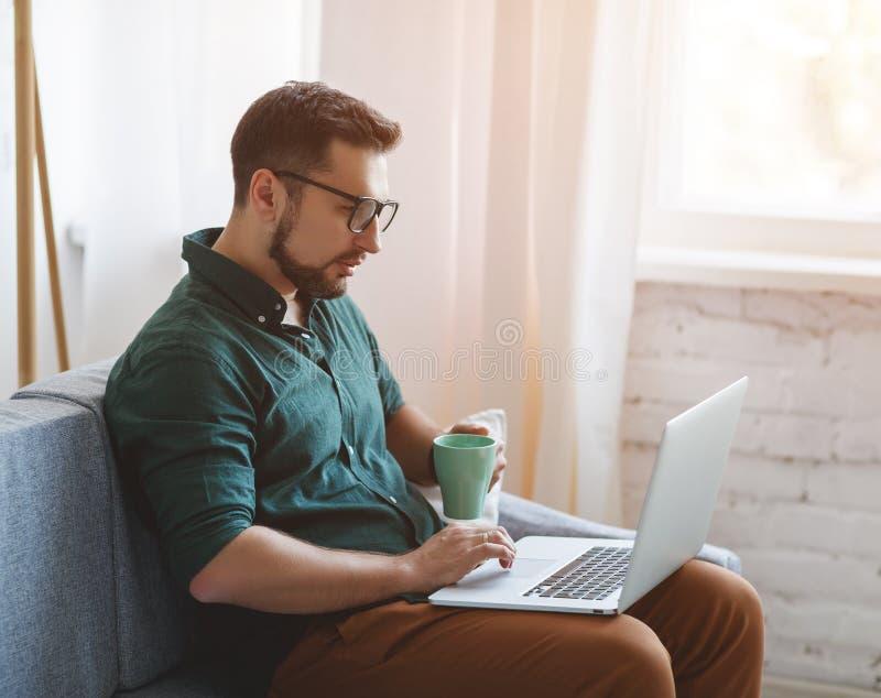 Счастливый бизнесмен человека, фрилансер, студент работая на компьютере a стоковые изображения rf