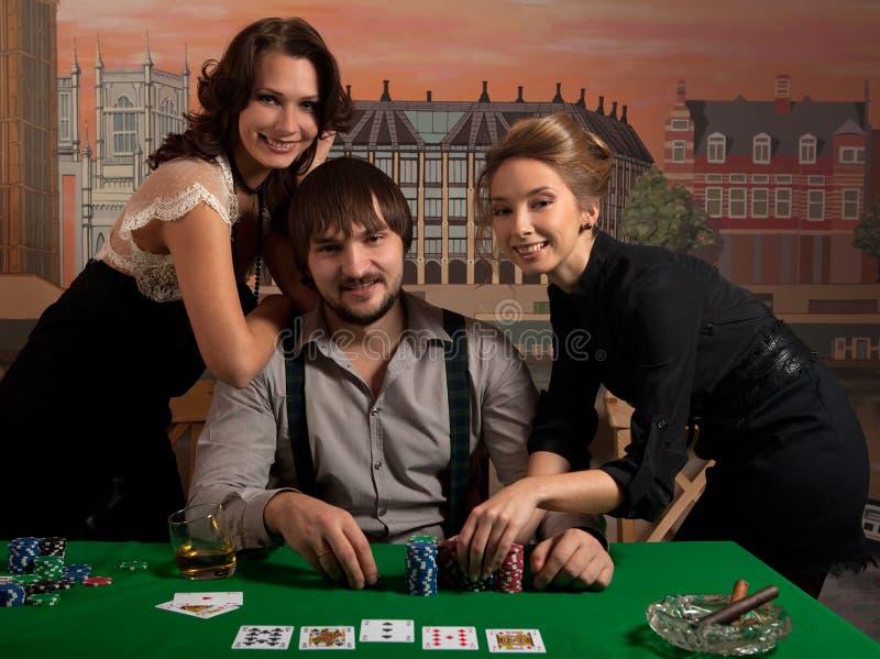 счастливый выигрывать покера людей стоковые изображения