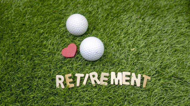Счастливый выход на пенсию к игроку в гольф с влюбленностью и шару для игры в гольф на траве стоковые изображения rf