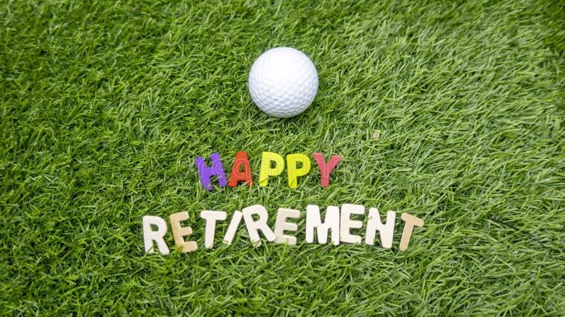 Счастливый выход на пенсию к игроку в гольф с влюбленностью и шару для игры в гольф на траве стоковое фото
