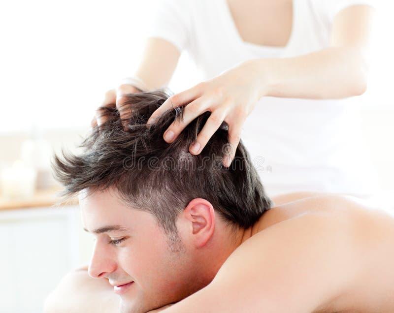 счастливый головной массаж человека получая детенышей стоковые фото