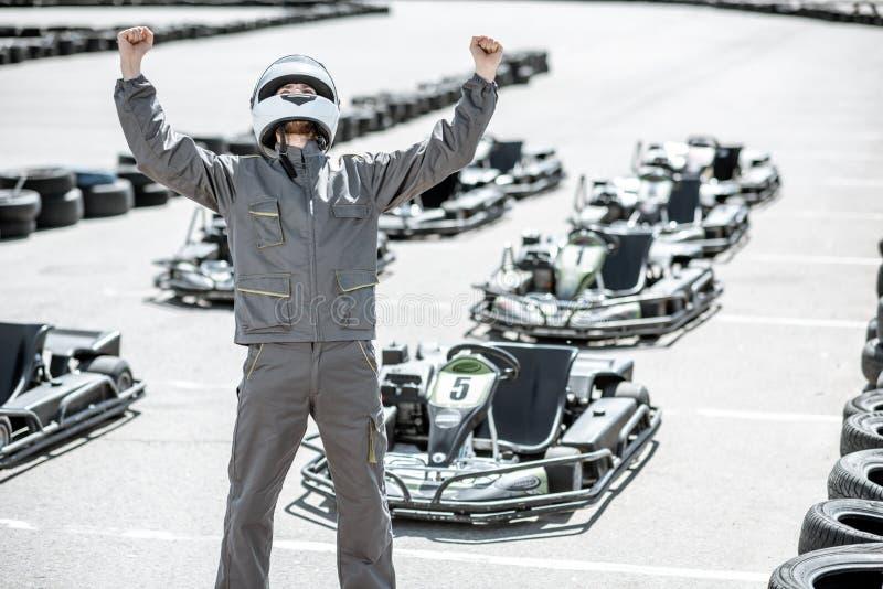 Счастливый гонщик на идет-kart след стоковые изображения