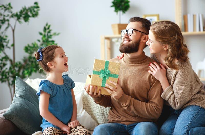 Счастливый День отца! мама и дочь семьи поздравить папы и дать подарок стоковое фото